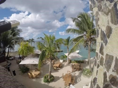 Cabanas La Bahia Bayahibe Set 30 minutes? drive from Bayahibe Beach, Cabanas La Bahia features an on-site restaurant and free WiFi access available. The property also has a private beach area and a small dock. The functional rooms are bright and decorated in light colours.