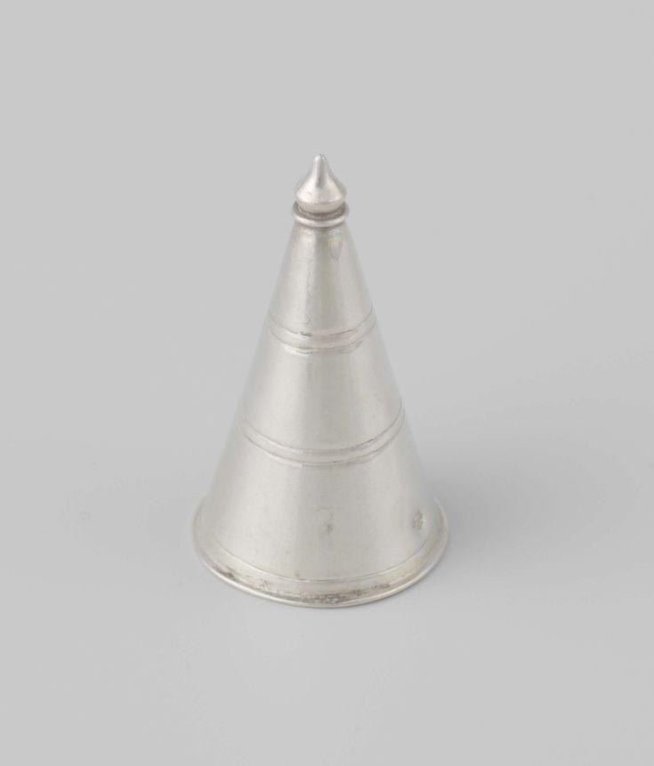 Anonymous | Domper, Anonymous, c. 1775 - c. 1800 | Ronde, trechtervormige domper met gegraveerde ringen. De rand van de domper is naar buiten gebogen en de punt is geprofileerd. De domper is gemerkt met een bijltje. De domper wordt bij een blaker en een kaarsensnuiter bewaard.