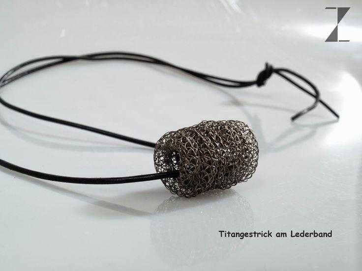 Titandraht von Hand verstrickt - verlasert - Anhänger an Lederband www.atelier-zellhuber.de #Titan #Laser #Leder #Anhänger #Schmuck