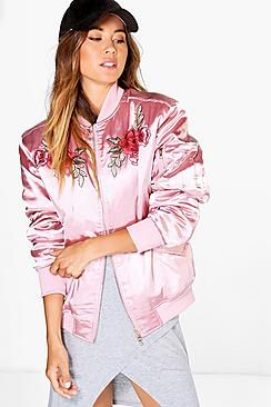 ¡Cómpralo ya!. Bomber Con Bordados Rosa Pálido Ella Boutique. Wrap up in the latest coats and jackets and get out-there with your outerwearBreathe life into your new season layering with the latest coats and jackets from boohoo. Supersize your silhouette in a puffa jacket, stick  to sporty styling with a bomber, or protect yourself from the elements in a plastic  raincoat. For a more luxe layering piece, faux fur coats come in fondant shades and longline duster coats…