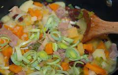 Låner bare bilde: Her er min oppskrift: 6 potet 3 gulrot 3 skiver kålrot Purre 5 dl vann  Buljong, bruk litt mindre enn en 5 Kjøttpølser (husk minstemann må ha go'Mager) Kok i 15-20 min
