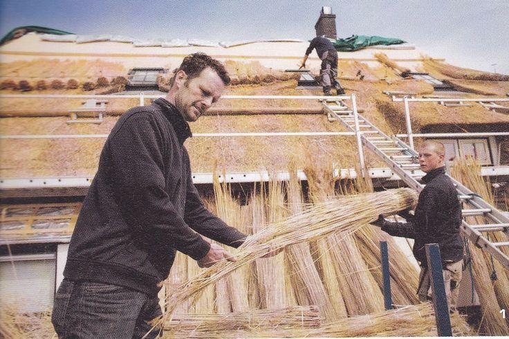 'Het directe zichtbare resultaat van een nieuw rieten dak maakt een trots vakman.' Rietdekker Koen Turk  en leerling Sander Lubberman. http://www.koenturk.nl/