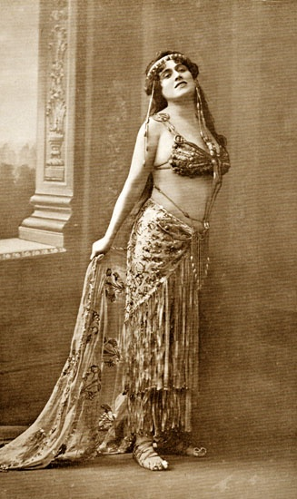 Giorgina Caprile, interprete della Salomè di Richard Strauss al Regio di Torino, costume di Caramba (Luigi Sapelli), gennaio 1913.