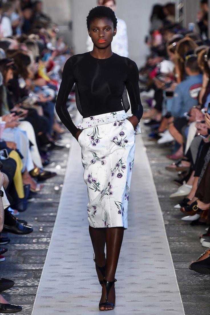 Guarda la sfilata di moda Max Mara a Milano e scopri la collezione di abiti e accessori per la stagione Collezioni Primavera Estate 2018.
