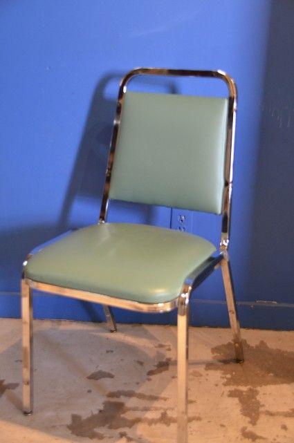 Chaises empilables, #stainless steel et #cuir, avec un super look #retro