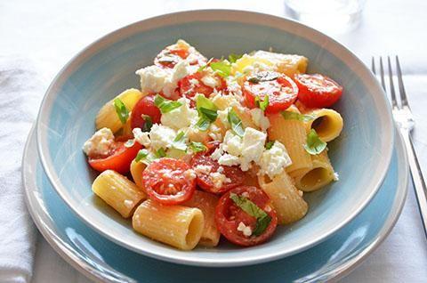#Insalata di pasta con feta e pomodorini. La ricetta dell'insalata di #pasta con pomodorini, feta e basilico è fresca e gustosa. Un primo piatto semplice e veloce da preparare quando si ha voglia di una pasta leggera ma molto sfiziosa.