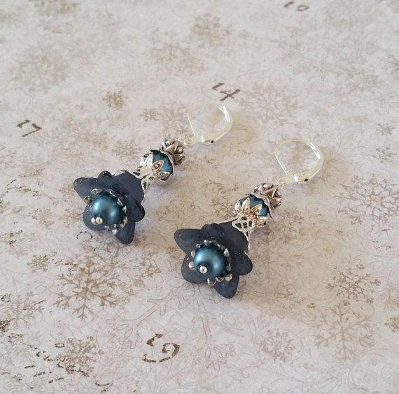 Blauwe bloem oorbellen Donker blauwe lucite door HoneyBeads1Official