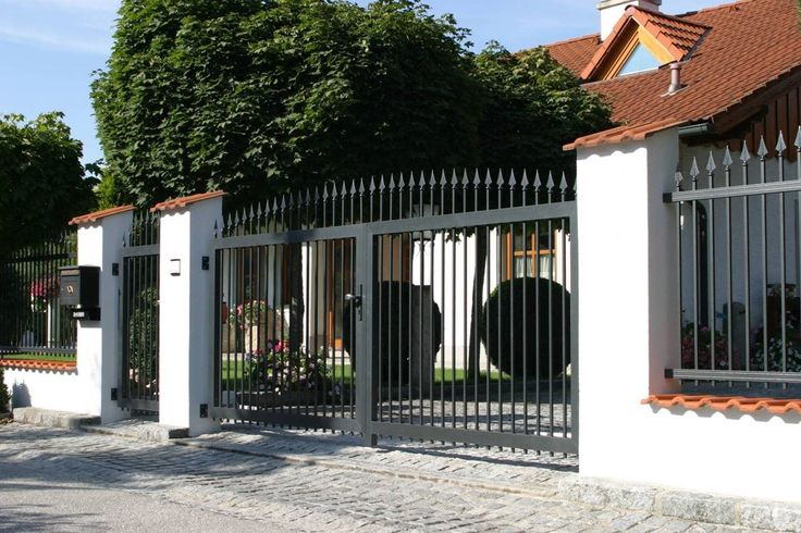 Doppelflügeltor Aluminium mit Gartenpforte und umlaufender Zaunanlage. Individuell an das Mauerwerk angepasst. Sie haben Fragen hierzu? Besuchen Sie unsere Ausstellung in Friedberg/Bayern.
