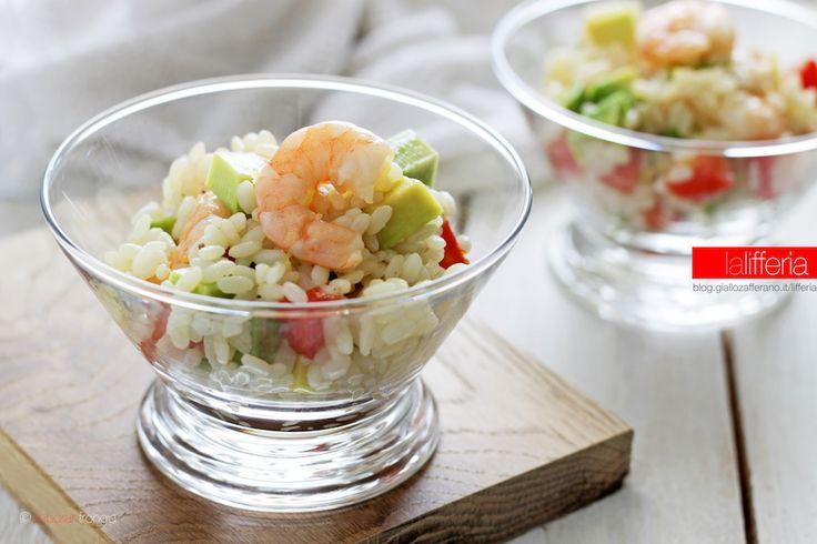 L'insalata di riso con gamberi e avocado è un piatto estivo dal sapore delicato e non banale, perfetto per cene all'aperto. Si può preparare in anticipo.