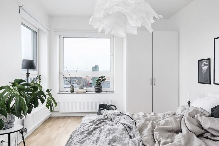 I Kvillebäckens troligen bästa läge erbjuds denna rymliga tvårummare med fantastisk utsikt mot centrum från vån 8/8. Två balkonger, rymliga ytor och tack vare lägenhetens unga ålder (2015) erbjuds genomgående fina ytskikt som parkett och vita väggar. Föreningen har en underbar takterrass för medlemmarna med inglasat uterum. Närområdet har mycket att erbju...