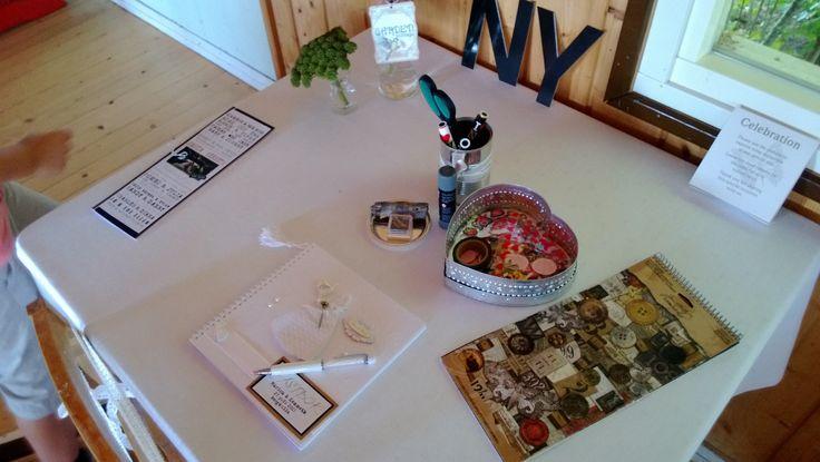 Ett bord med olika pyssel för att skriva i gästboken under kvällen.