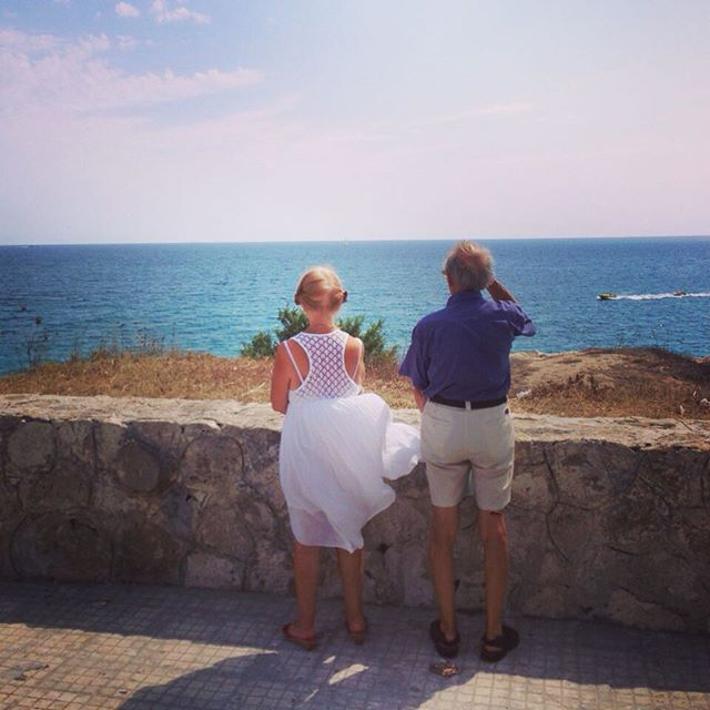 #ElisaDOspina Elisa D'Ospina: Hanno superato gli 80 anni e sono arrivati abbracciati fino a qui. Lei ha i capelli raccolti con delle trecce e un vestitino bianco che alla prima folata di vento si alza e danza. Guardano il mare, vicini e in silenzio. Che bellezza l'amore ❤️
