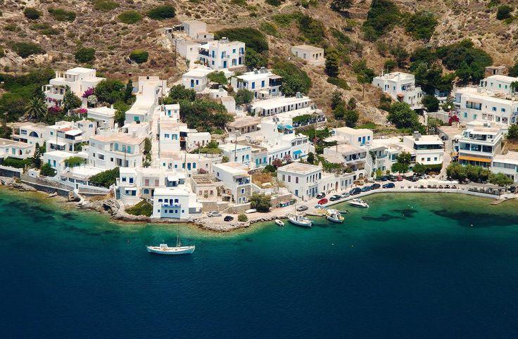 """Hamnen i Amorgos där det är lätt att """"bara vara"""". Foto: Tom Allen"""