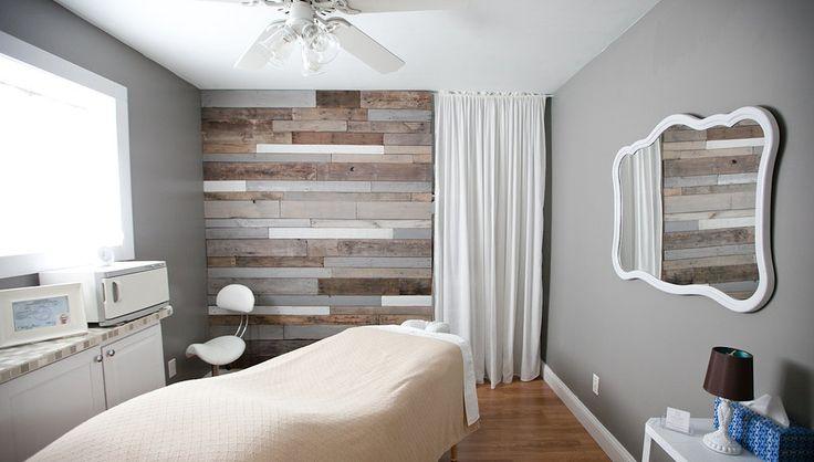 Pièce de soin bien-être : mur en lambris tons chauds déclinés palette de couleurs zen
