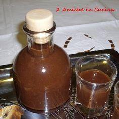 2 Amiche in Cucina: Liquore al Cioccolato Fondente100 gr di cioccolato fondente ½ bacca di vaniglia 200 ml di alcool 400 ml di acqua 400 ml di zucchero semolato