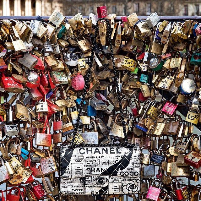 """Começou nesta segunda-feira a retirada dos milhares de """"cadeados do amor"""" na Pont des Arts, em Paris - o peso dos objetos românticos deixados por casais poderia ameaçar a estrutura do século 19. No blog """"Paris Todo Dia"""", instalado dentro do site da @VogueBrasil, @paulomariotti comenta sobre a manchete do dia na cidade (e que ganha repercussão em todo o mundo). Leia em www.vogue.com.br (Foto by @micolsabbadini para ensaio especial da edição de maio da #VogueBrasil)"""