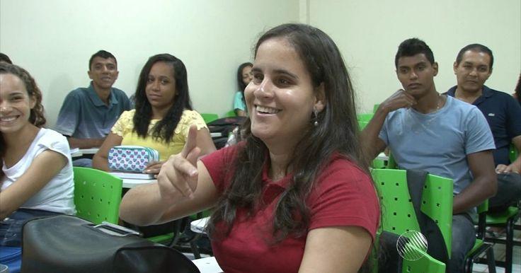 Surdocega aprovada em pedagogia tem primeiro dia de aula na Bahia