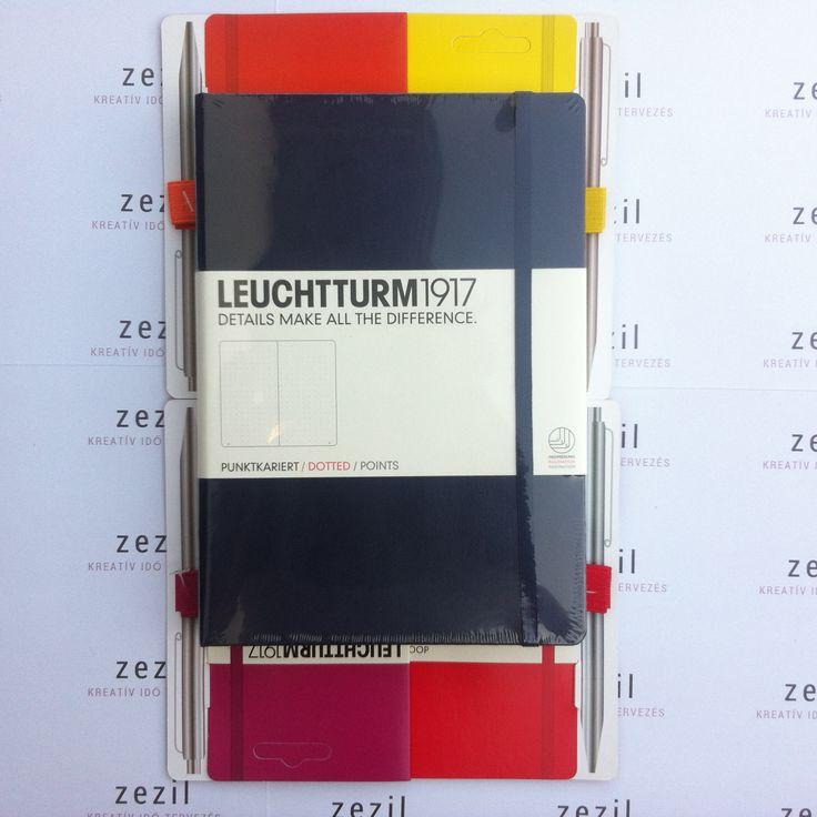 Tengerészkék színű Leuchtturm1917 A5-ös méretű ponthálós jegyzetfüzet narancssárga, citromsárga, málna színű és piros tolltartó gumival.  Leuchtturm1917 | pen loop | zezil