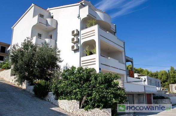"""Zapraszamy do Apartamentów Top, które znajdują się tylko 5 km od Trogiru w miejscowości Arbanija. """"Top Trogir"""" oferuje doskonale wyposażone apartamenty z dostępem do internetu i klimatyzacją. Szczegóły oferty: http://www.nocowanie.pl/chorwacja/noclegi/arbanija/apartamenty/138992/"""