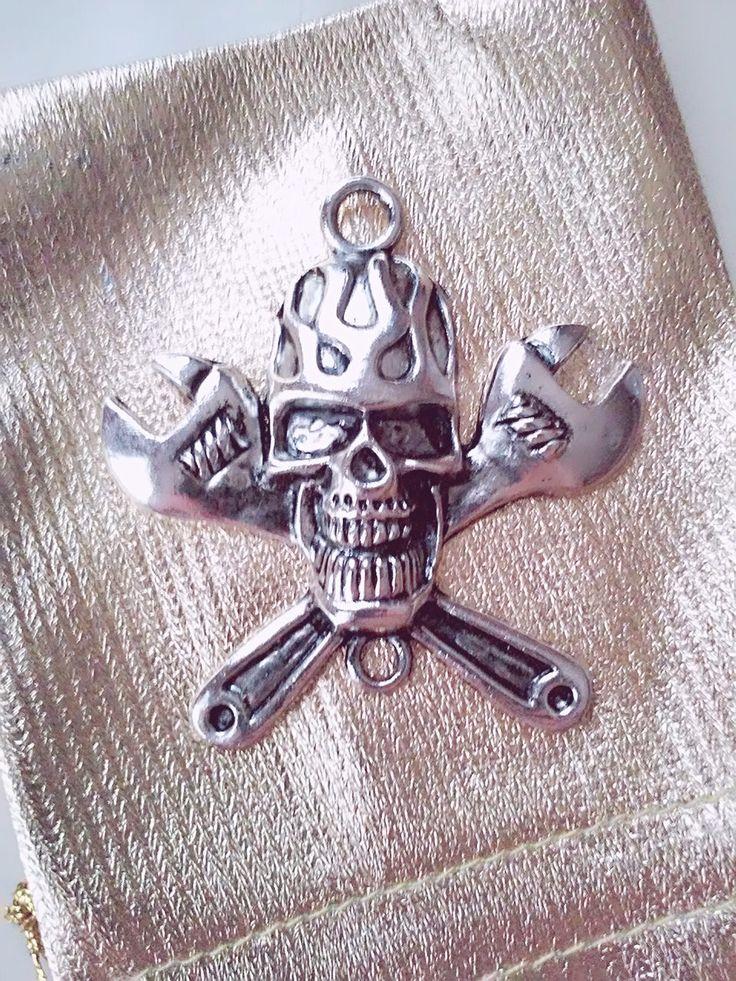 calavera llaves francesas colgante heavy metal abalorio collar llavero metal hombres gótica día muertos de bisuteriawithlove en Etsy