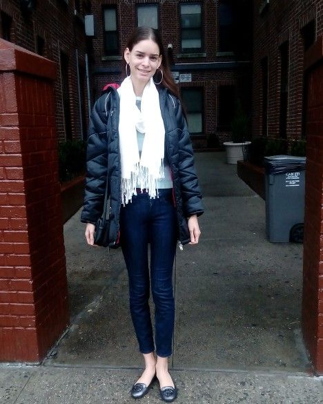 TIEMPO DE LLUVIA!!   1- Jeans azul oscuro.  2- Suéter de manga larga en colores vivos. 3-  Bufanda color blanco.  4- Balerinas en plata y adorno negro.  5- Bolso pequeño en negro.  6- Coat para el frío en negro.