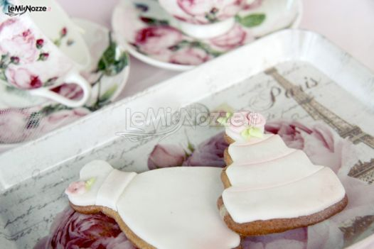 http://www.lemienozze.it/gallerie/torte-nuziali-foto/img32706.html Dolci biscotti a forma di torta nuziale e di abito da sposa