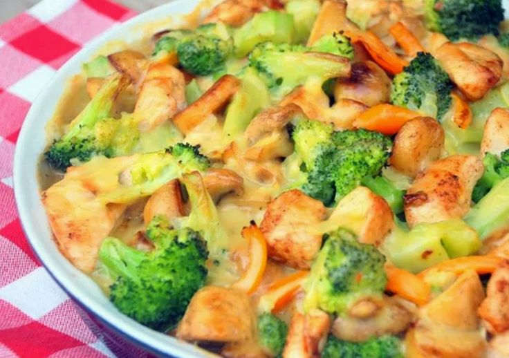 . . . deze broccoli-ovenschotel met kip, champignons en krieltjes is favoriet!          Ingrediënten:  2 kipfilets, in blokjes gesneden  40...