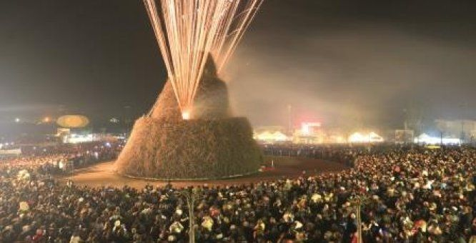 """16-17-18 gennaio. La Fòcara 2014. Si svolge ogni anno a Novoli in onore di Sant'Antonio Abate, patrono del paese, la """"festa del fuoco"""", un avvenimento che richiama, per la sua singolarità, migliaia di visitatori e pellegrini da ogni parte della provincia. Location: Piazza Tito Schipa"""