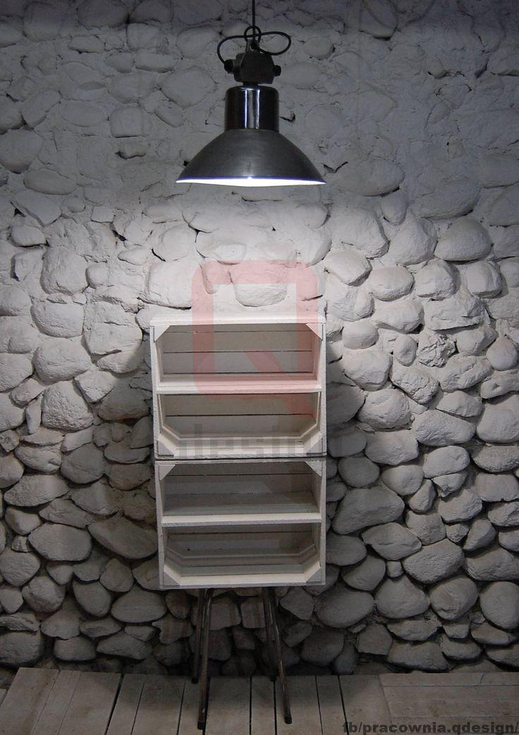 Regał Loft styl industrialny vintage. Wykonany w całości z materiałów  pochodzacych z odzysku. Wyposażone w półki skrzynki otrzymały nóżki pochodzące z starego niepotrzebnego siedziska.