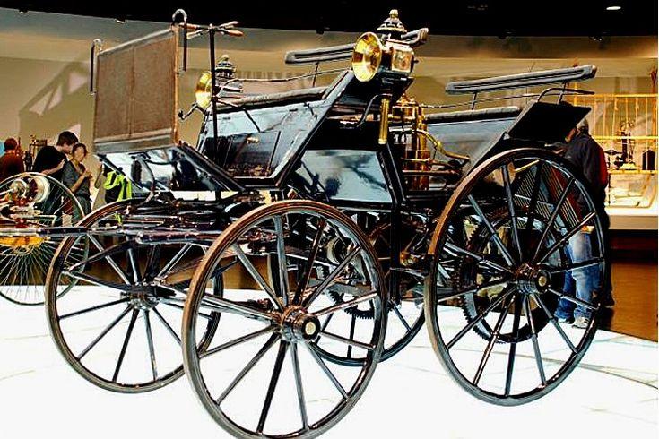La Daimler Motorkutsche, cette automobile ancienne fut construite en 1886, cette Daimler Motorkutsche de 1886 mesure 1.48 mètres de large, 2.53 mètres de long, et a un empattement de 1.3 mètres.