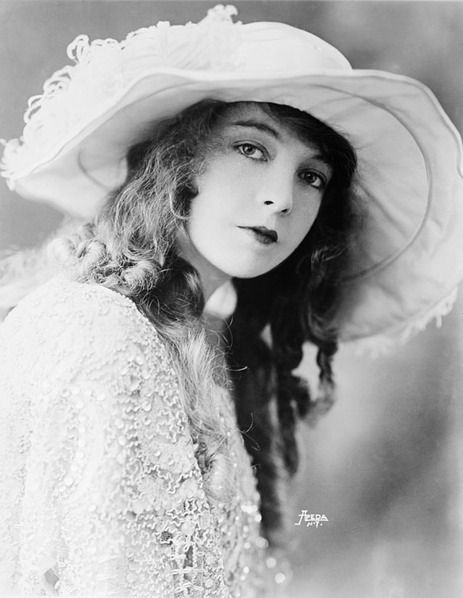 Early Cinema: Huge Eyes, Little Lips & Innocence | How The Ideal Beauty Standard For Women Has Changed In Hollywood, By The Decade | Bustle Lillian Gish