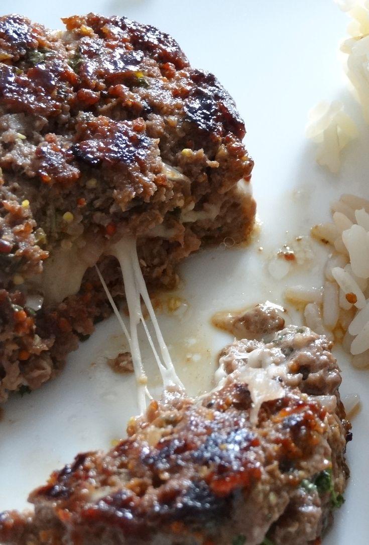 la farce est à l'emmental mais on peut aussi mettre de la mozzarella ou du Comté ! Ingrédients pour 5 steaks hachés : 400 g de viande de bœuf hachée 2 échalotes 2 c. à s. de moutarde à l'ancienne 2...