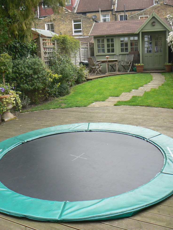Sunken trampoline - amazing garden idea for family