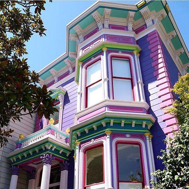 Saudades de São Francisco e suas casas vitorianas! Certeza que Michelle Tanner moraria numa coloridinha assim concordam?! {regram @benefitcosmetics} #architecture #sanfrancisco