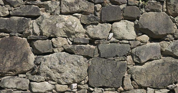Cómo hacer una pared de cantera falsa. Haz de tu casa un castillo medieval pintando las paredes con un acabado falso de cantera. Usa la cantera falsa para darle efecto a alguna pared de la terraza interior o jardín. También quedaría perfecto en la habitación de los niños añadiéndoles armas de juguete o dragones de peluche para hacerla una fortaleza medieval. Banderas de satín, cofres ...