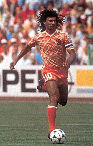 Ruud Gullit. Mediocampista. Delantero. HFC Haarlem (1979-1982), Feyenoord (1982-1985), PSV Eindhoven (1985-1987), AC Milan (1987-1993), Sampdoria (1993-1994), AC Milan (1994), Sampdoria (1995), Chelsea (1995-1998). DT: Chelsea (1998), Los Ángeles Galaxy (2007-2008), FC Terek Grozny (2011). Campeón de la Eurocopa con la selección de Holanda en 1988. Obtuvo dos Champions League con el AC Milan.