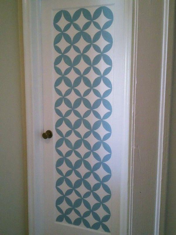 Pintu Putih Dan Template Di Atasnya
