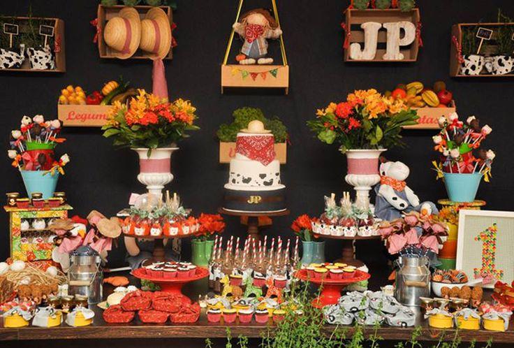 """Eu adoro o trabalho da Priscilla Pandolfo (clique) cheio de detalhes e muito bom gosto!! nada é apenas um detalhe e tudo é pensado para que o convidado se surpreenda a cada momento na festa!!! Amei a sua versão de festa """"fazendinha"""" com painel preto atras da mesa de doces!! As cores escolhidas também fugiram …"""