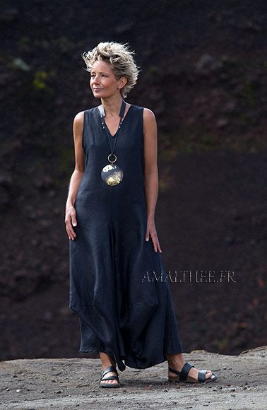 Robe  longue drapée en lin noir élégante et confortable