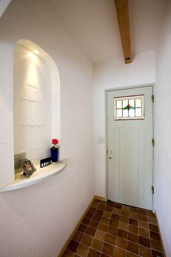 玄関に大きなアーチ形のニッチ。雰囲気がグッとアップ!