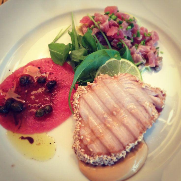 Trio van tonijn. Tonijntartaar met een crème van avocado, tonijncarpaccio en gegrilde tonijn met oosterse mayo.