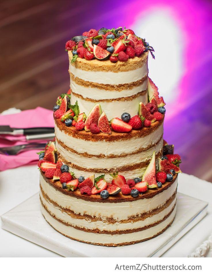 Cremige Hochzeitstorte mit Obst und Beeren 3-stöckig für die Hochzeit