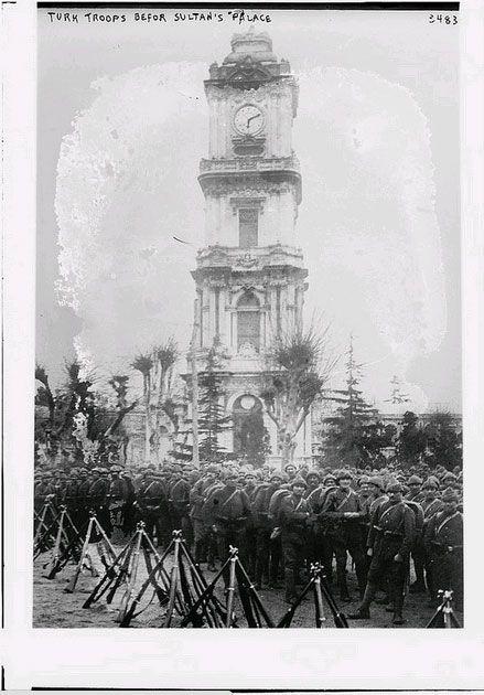 Kongre arşivinde tanıdık yüzler ABD Kongre Kütüphanesi, George Grantham Bain adlı Amerikalının arşivinde bulunan 39 bin 744 fotoğrafı internette yayınladı. 1860-1930 yılları arasında çekilen fotoğraflar içerisinde Osmanlı coğrafyasına ilişkin olanlar da bulunuyor. Arşivde yer alan Çanakkale fotoğrafları ilk kez ortaya çıktı. http://fotogaleri.ntvmsnbc.com/kongre-arsivinde-tanidik-yuzler-1.html