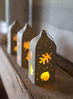 lanternes décoratives en papier kraft décorées de motifs de feuilles découpées - une belle idée de déco d'automne DIY
