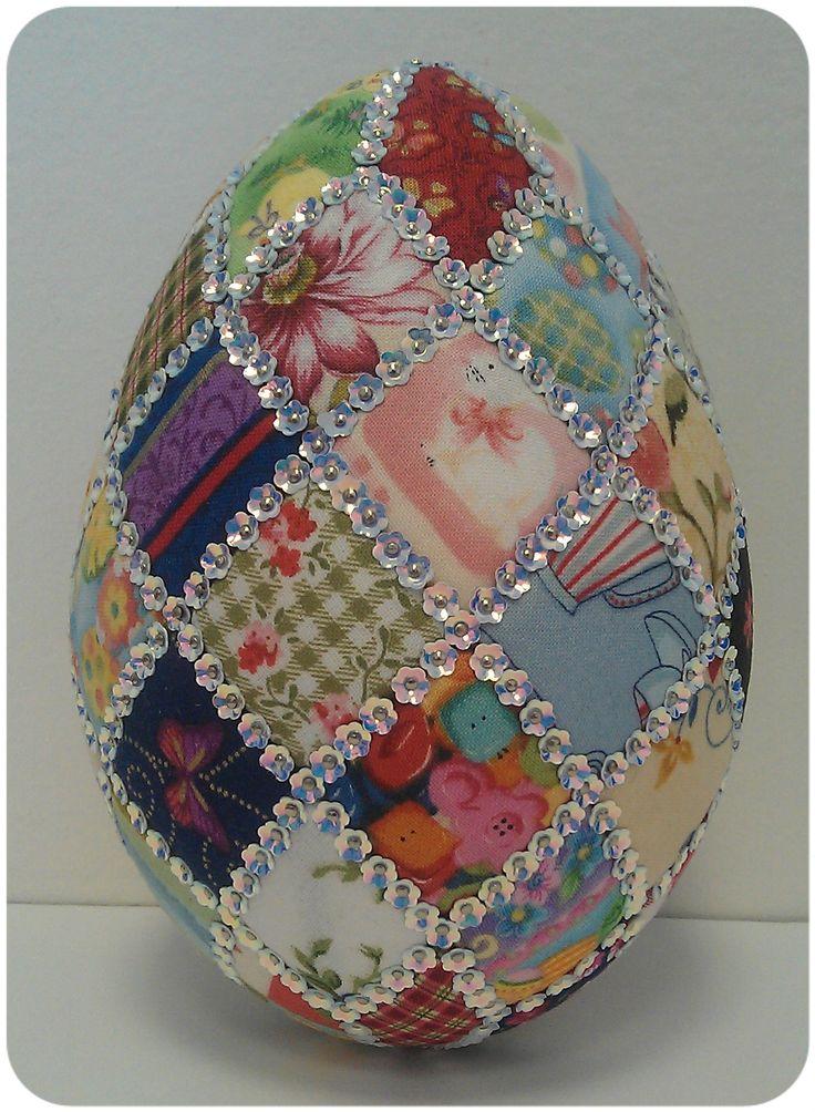 Huevo de Pascua en Unicel + tela + lentejuelas + alfileres.