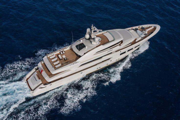Heute nehmen wir euch mit auf hohe See, genauer gesagt auf die 61 Meter lange Luxusyacht Saramour. Die brandneue Motoryacht wurde in Italien gebaut und vereint modernste Techniken des Schiffbaus mit berühmtem italienischen Design – eine Kombination, die gar nicht schief gehen kann.