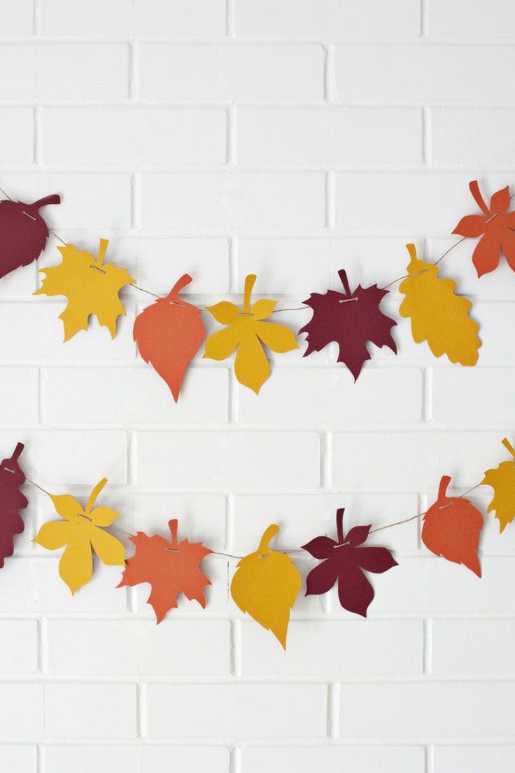 Im Herbst basteln Sie eine solche Girlande aus Papier Blättern in Herbstfarben