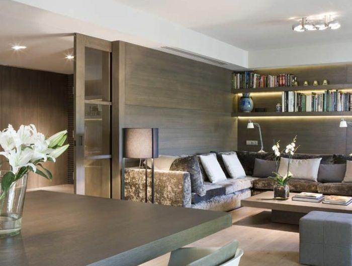 1-porte-coulissante-à-galandage-salon-avec-mur-gris-table-en-bois-massif-et-plafond-blanc