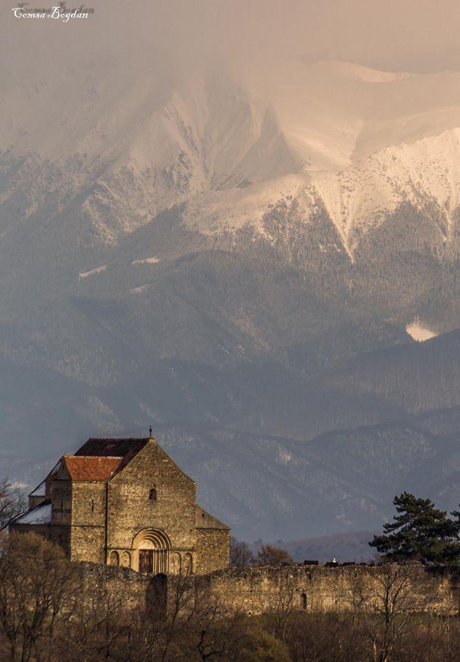 Biserica Sfântul Mihail din Cisnădioara - jud. Sibiu. Foto: COMŞA Bogdan #romaniaazi #romania #muntii #zapada #creaste #peisaj