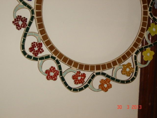 Moldura para espelho redonda, MDF pintada, pastilhas de vidro formando v=belas flores em mosaico. Cores a combinar. Aproximadamente 80 cm de diâmetro e espelho com 37 cm.